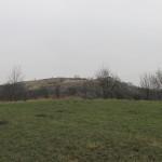 pohled na slovanské hradiště od parkoviště