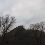 pohled na vyhlídku, ze které jsme se minule dívali na Svatojánskou skálu